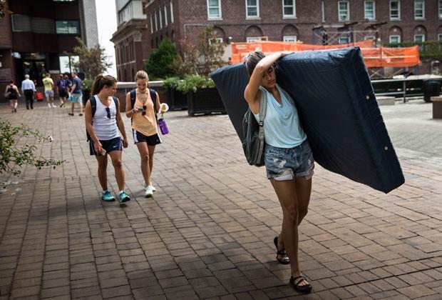 Emma Sulkowicz carrega colchão como alerta pela violência que sofreu no campus da universidade (Foto: Getty Images)