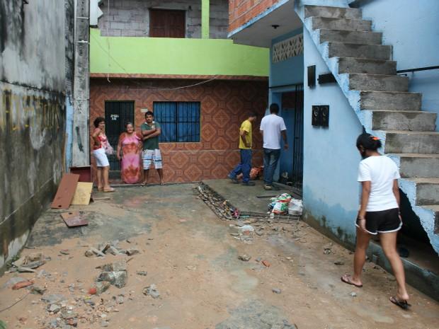 Das residências atingidas, duas ficaram completamentes destruídas (Foto: Tiago Melo/G1 AM)