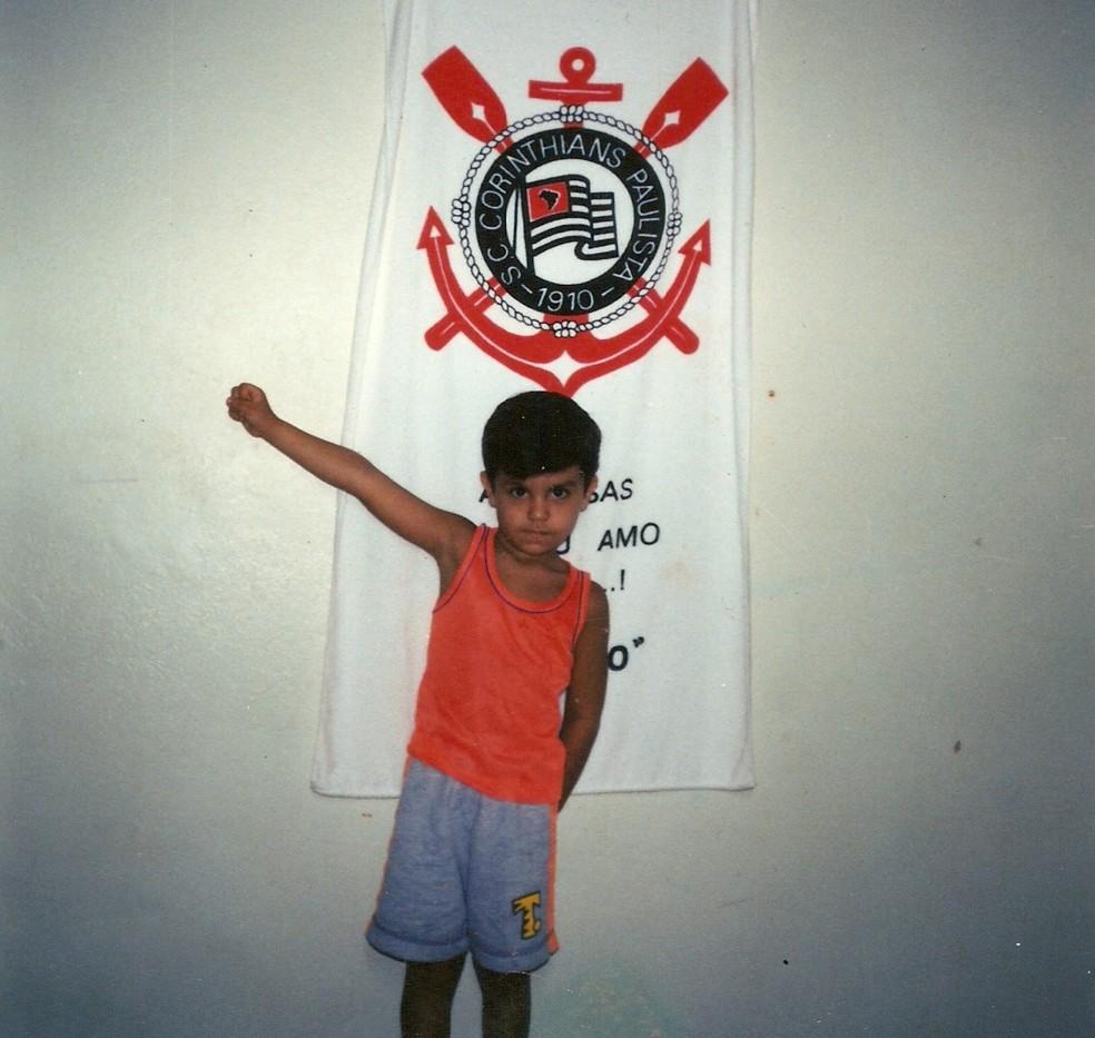 Corintiano, Luanzinho posa com a bandeira do clube (Foto: Arquivo Pessoal)