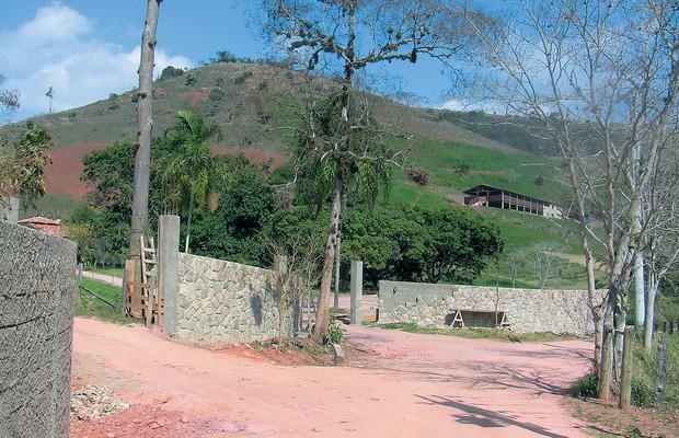 CAMARADAS O sítio Vargem Alegre, de Carlos Emanuel Miranda (acima), e o documento da sociedade com  Sérgio Cabral (abaixo). Os dois são amigos desde a adolescência (Foto: Reprodução)