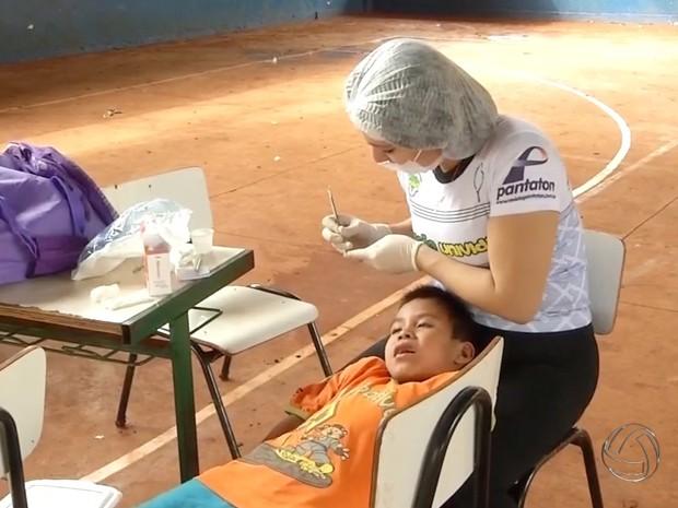 Universitários atendem índios em trabalho voluntários de saúde em Dourados (Foto: Reprodução/TV Morena)