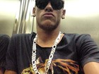 Cheio de marra, Neymar faz bico em pose no elevador