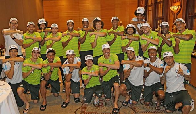 Jogadores do Brasil posam para foto com boné e fazem o Tóis (Foto: Ricardo Stuckert / CBF)