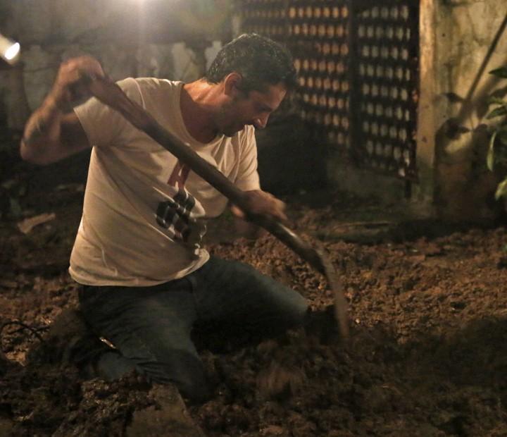Romero procura pela papelada que pode salvar sua vida (Foto: Fábio Rocha/ Gshow)