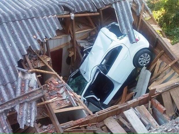 Carro caiu sobre casa em Ouro  (Foto: Polícia Militar/Divulgação)
