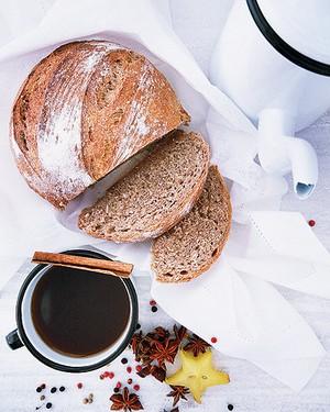 Servido com um pão de ervas, o chá detox na caneca de ágata é um agrado saudável para aquela (merecida!) pausa durante a tarde (Foto: Rogério Voltan/Editora Globo)