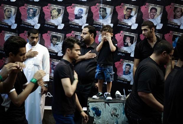Muçulmanos xiitas rezam ao lado de filhos em cerimônia em homenagem ao Imam Ali no Irã; aniversário do primeiro imã xiita marca o Dia dos Pais no país (Foto: Mohammed Al-Shaikh/AFP)