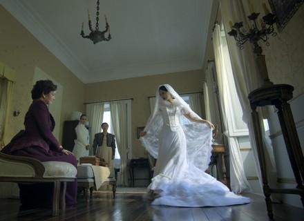 Vilã de Paolla Oliveira se veste de noiva no primeiro capítulo