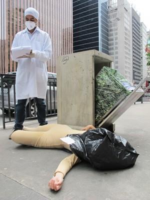 Mulher representa animal maltratado e morto após testes da indústria em frente ao escritório da Presidência em SP, na Avenida Paulista (Foto: Fábio Tito/G1)
