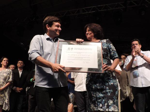 Prefeito do Recife, Geraldo Julio, recebe de representante do Iphan o certificado de registro do frevo como patrimônio imaterial (Foto: Luna Markman / G1)