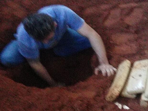 Droga estava enterrada nos fundos de uma oficina em construção (Foto: Divulgação / Polícia Civil)