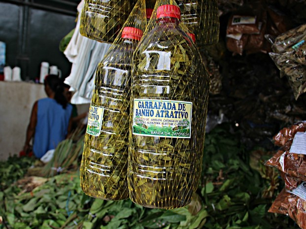 Garrafada de Banho Atrativo é sensação no Mercado Municipal de Manaus (Foto: Ísis Capistrano/ G1 AM)