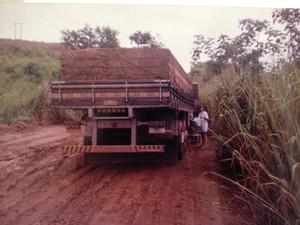 Ermida cozinhando durante um atoleiro na estrada (Foto: Ermida Aparecida/Arquivo Pessoal)