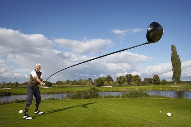 Karsten Maas construiu o taco de golfe utilizável mais longo do mundo (Foto: AFP/Guinness World Records/Ranald Mackechnie)
