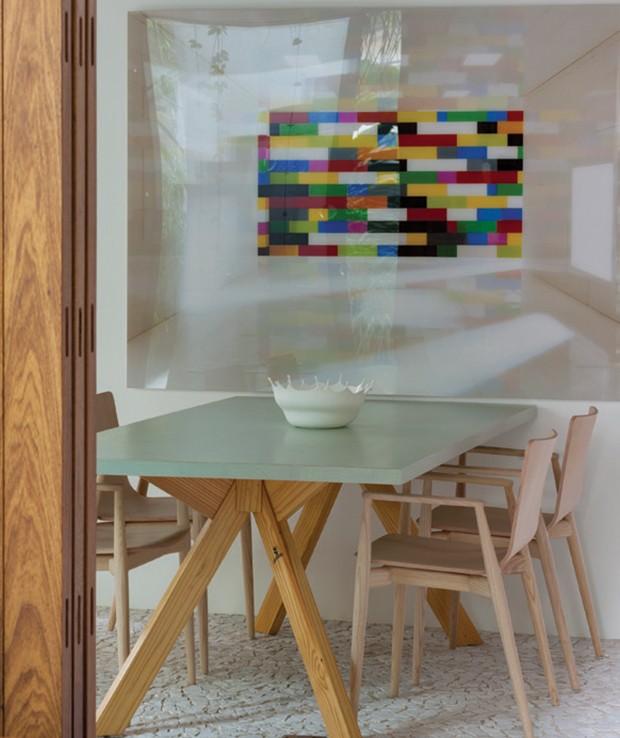 A sala de jantar, com mesa de Marcelo Rosenbaum e obra de Valentino Fialdini. (Foto: Tuca Reines)