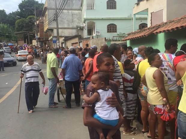Cariacica tem longa fila por vacinação de febre amarela  (Foto: Fábio Linhares/ TV Gazeta)