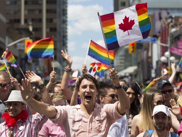 Primeiro-ministro canadense Justin Trudeau participou da parada (Foto: Associated Press)