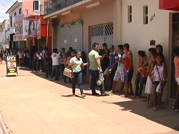 Fila no quarteirão da sede do Setrans para renovação da carteira estudantil (Foto: Reprodução/TV Tapajós)