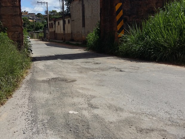 Divinópolis, ruas, buracos, tapa buracos, asfalto, moradores (Foto: Anna Lúcia Silva/G1)