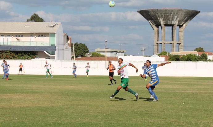 Partida entre Petrolina e Araripina no estádio Paulo Coelho (Foto: Magda Lomeu)