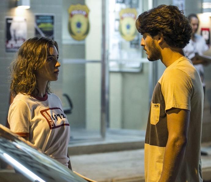 Flávia conta para Roger que foi assaltada (Foto: Inácio Moraes/Gshow)