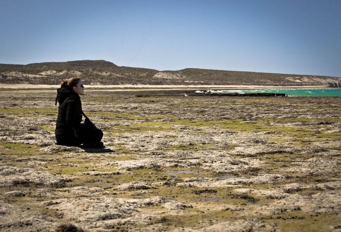 Alice Wegmann admira a paisagem em uma das brechas das gravações (Foto: Gabriel Nascimento/Gshow)