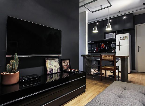 Sala De Tv Parede Preta ~ Decoração de apartamento pequeno cheio de estilo e conforto  Casa e