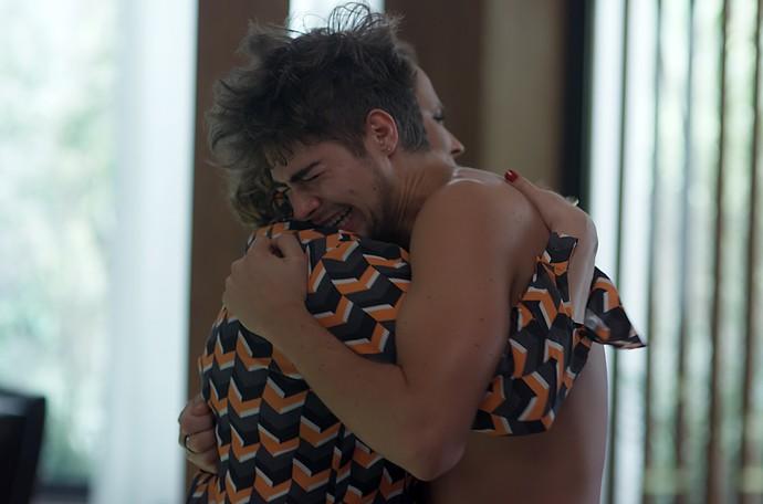 Néia consola o filho após armar para o fim do noivado (Foto: TV Globo)