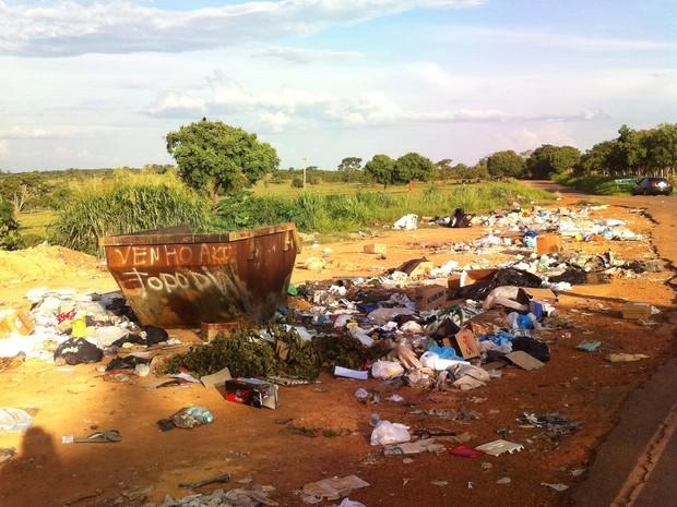 Dores do Indaiá, lixo, ruas (Foto: G1)