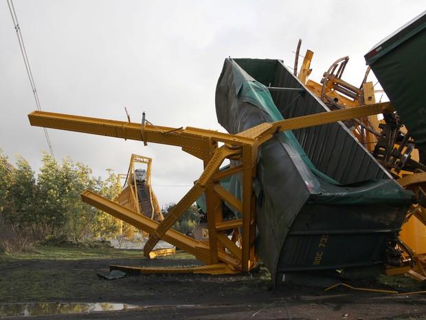 G1 - Trem de carga cai em rio no Chile por desabamento de