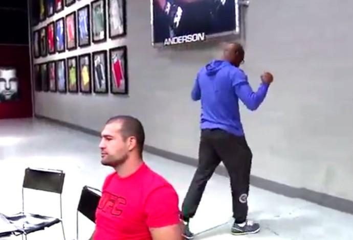 Anderson Silva vibra com a vitória do aluno Dedé - Frame TUF (Foto: Reprodução)