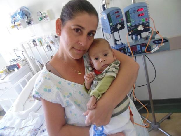 Davi Miguel e a mãe, Dinea Gama, no Hospital Regional de Franca (Foto: Divulgação)