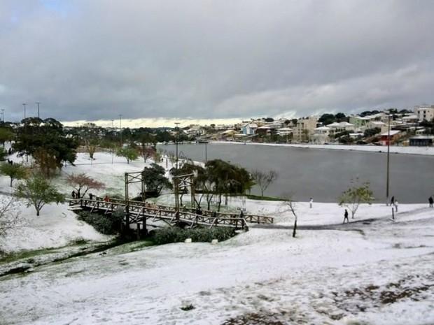 Parque do Lago em Guarapuava ainda estava coberto de neve na manhã desta terça  (Foto: Luiz Sergio Lenart Leal / VC no G1)