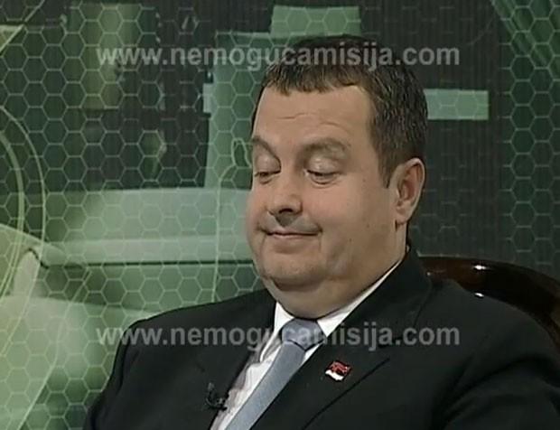 Quando a câmera mostra o primeiro-ministro, ele parece 'chocado' com a cena (Foto: Reprodução)