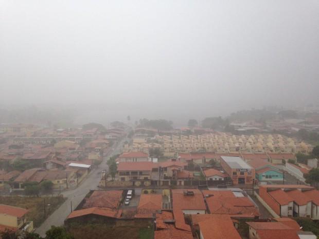 Domingo amanheceu com chuva no Bairro Messejana, em Fortaleza (Foto: Gioras Xerez/G1)
