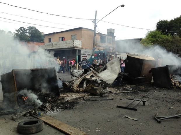 Carcaça do carro que explodiu durante protesto no Morumbi (Foto: Letícia Macedo/ G1)