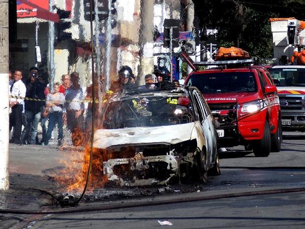 Carro pegou fogo no Itaim Bibi (Foto: Alexandre Serpa/Futura Press/Futura Press/Estadão Conteúdo)