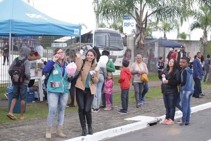 Algodão doce e pipoca foram distribuídos gratuitamente (Foto: Luiz Renato Corrêa/RPC)
