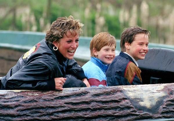 A princesa Diana com os filhos Harry e William nos anos 1980: imagem está no documentário Diana, nossa mãe (Foto: Reprodução)
