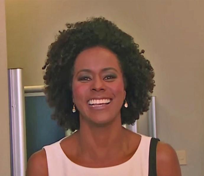 Maju explica como mantém os cachos definidos (Foto: TV Globo)