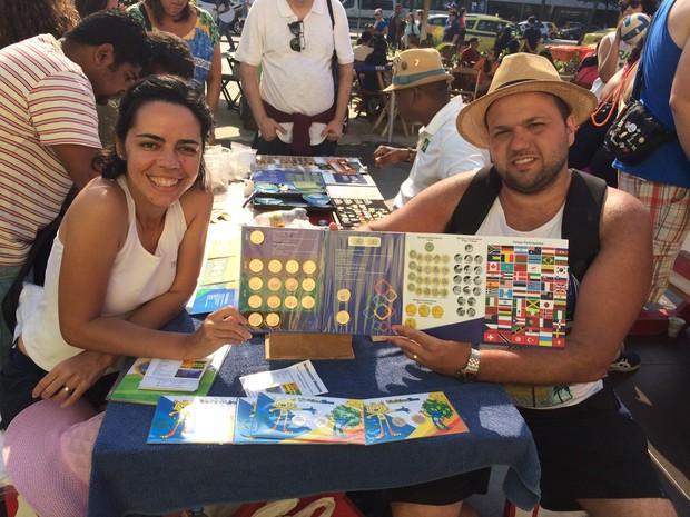 Ana Paula Gama e Anderson Smarrini mostram álbum com moedas comemorativas da Olimpíada (Foto: Flávia Mantovani/G1)