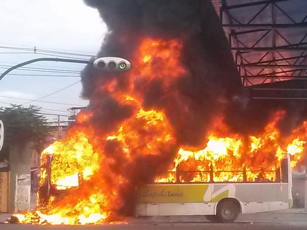 Ônibus foi incendiado durante confusão ocorrida após tiroteio em Duque de Caxias no fim da tarde desta quinta-feira (24) (Foto: Junior Vaz/Arquivo Pessoal)