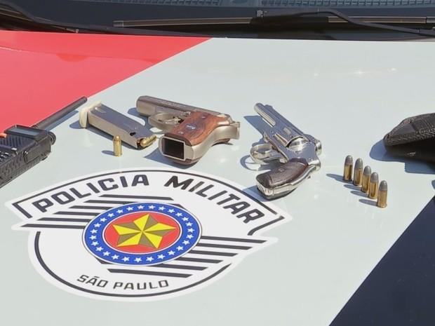 Duas armas foram apreendidas durante a ação  (Foto: Reprodução / TV TEM)
