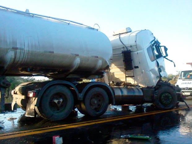 Parafina transportada por carreta ficou espalhada na pista e provocou interdição de quase duas horas da via (Foto: Marcos Frahm/Blog Marcos Frahm)