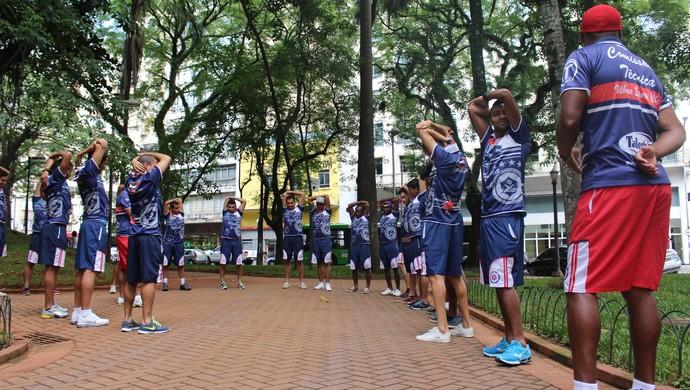Jogadores do Vilhena fazem alongamento na Praça da República, em São Paulo (Foto: Larissa Vieira)