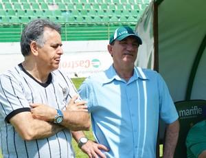 Roberto Constantino e Vilson Tadei conversam durante treino do Guarani neste domingo (Foto: Rafael Pio / Divulgação Guarani)