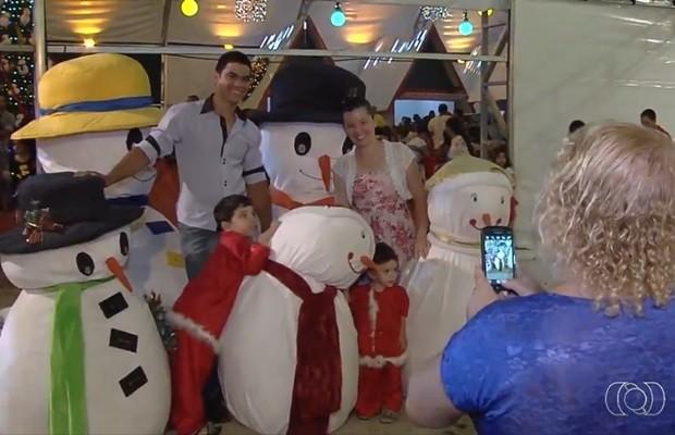 Praça Cívica, em Goiânia, está toda decorada com tema natalino (Foto: Reprodução/TV Anhanguera)