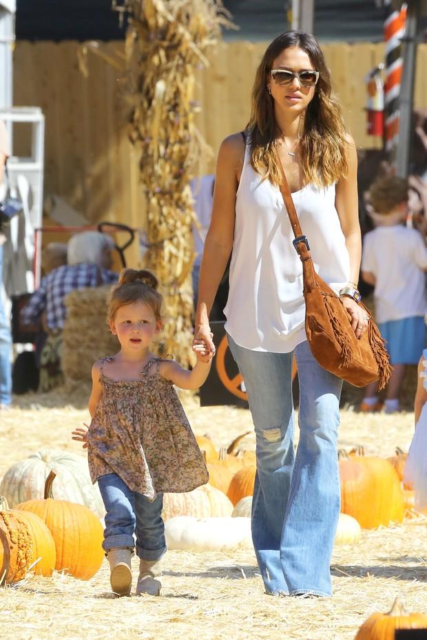 Jessica Alba com a filha Haven (Foto: Kmm-Vip-Awd-Das/X17online.com)