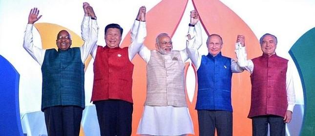 Michel Temer, a direita, e os presidentes dos países que formam o BRICS  (Foto: EFE)