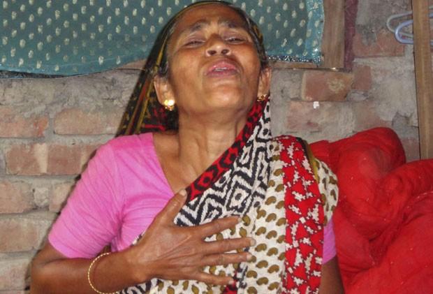Mulher lamenta morte de parente no primeiro dia de votação, em 22 de março (Foto: AFP)